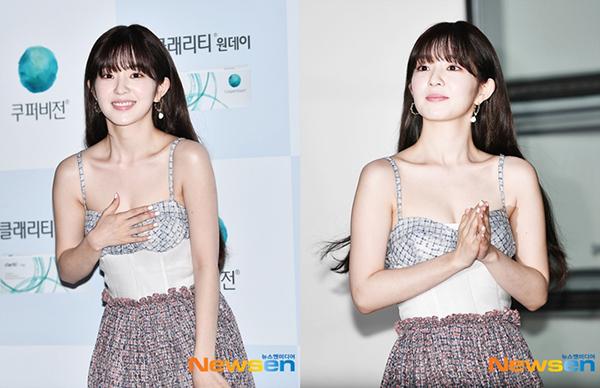 Vì chiếc váy hở, Irene liên tục phải dùng tay che chắn.
