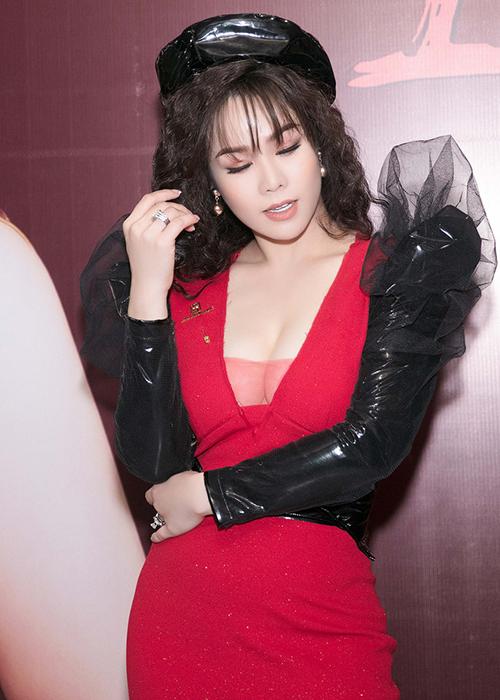 Sở hữu thân hình quyến rũ với vòng một đầy đặn, Nhật Kim Anh ưa chuộng những trang phục khoe dáng triệt để.