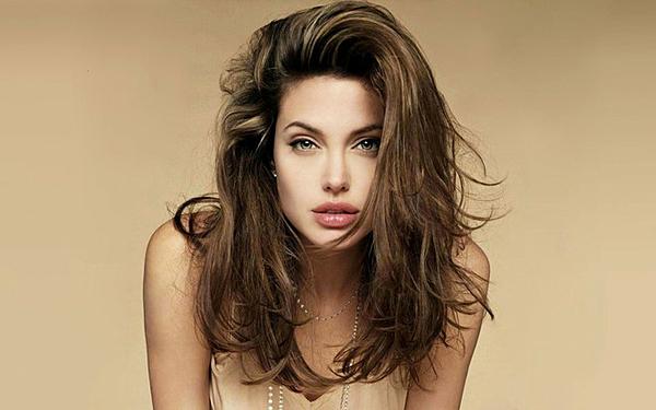 Đến những năm 2005, khi đóngMr. & Mrs. Smith (2005), Angelina Jolie lại khoe vẻ đẹp mặn mà của một người phụ nữ trưởng thành. Mối tình giữa cô và Brad Pitt cũng khiến Angelina Jolie từ một cô gái nổi loạn, hoang dại sang thành người mẹ, người vợ của gia đình.