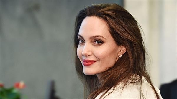 Sau thời gian chống lại bệnh ung thư và cuộc ly hônvới Brad Pitt, trôngAngelina Jolie gầy yếu hơn hẳn những hình ảnh gợi cảm trước đó. Nữ diễn viên cũng lui dần về hậu trường, ít nhận các dự án điện ảnh và chuyển hướng sang làm đạo diễn. Các bộ phim cô đã thực hiện với vai trò đạo diễnlàIn the Land of Blood and Honey (2011), Unbroken (2014), By the Sea (2015), First They Killed My Father (2017).