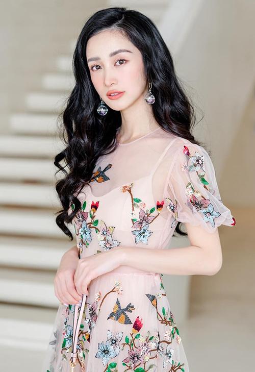 Kể cả khi đi sự kiện và ra phố, người đẹp đều chuộng các tông ngọt ngào như cam, hồng tươi tắn, xinh yêu, làm toát lên vẻ đẹp ngây thơ của cô bé trà sữa.