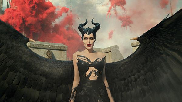 Tháng 10 này, Angelina Jolie sẽ trở lại màn ảnh rộng với Maleficent: Mistress of Evil. Đoạn TV Spot vừa được Disney tung ra khiến khán giả ngỡ ngàng với nhan sắc một thời của nữ diễn viên.