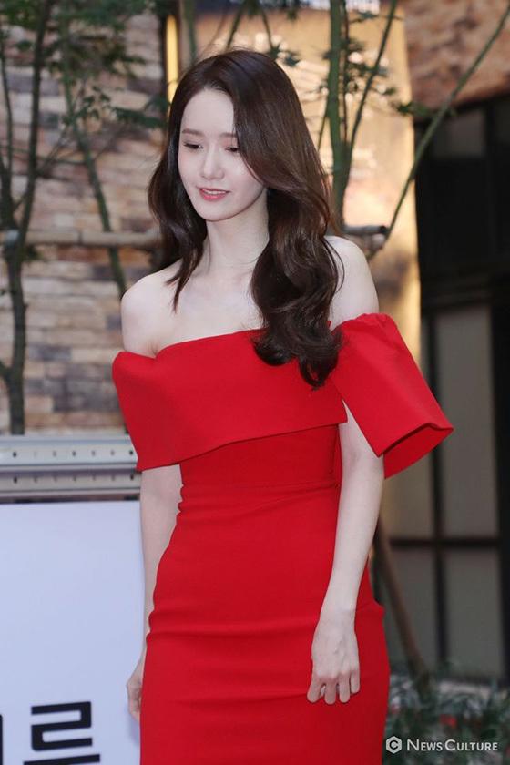 Trái ngược với vẻ đẹp mong manh, trong sáng ở sự kiện ngày 3/10, Yoona trở nên quyến rũ hơn khi khoác lên mình tông đỏ. Nhan sắc của mỹ nhân nhà SM tiếp tục trở thành chủ đề chiếm sóng nhiều nhất trên các trang báo Hàn chiều nay.