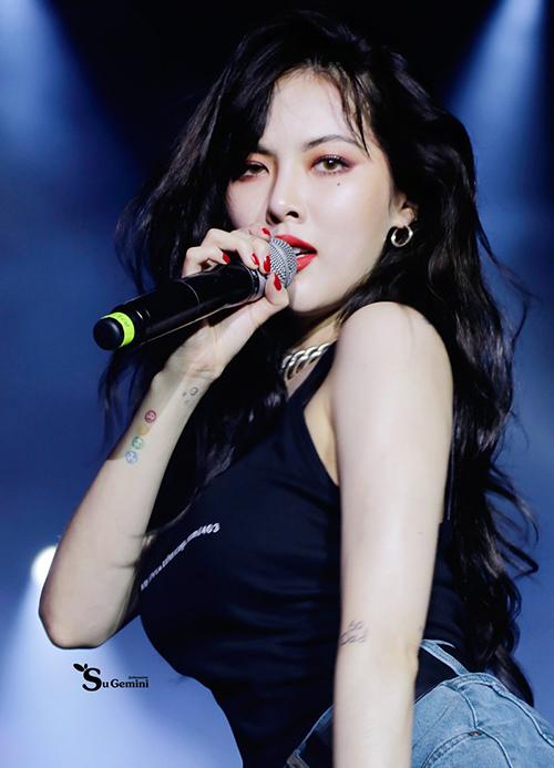 Kiểu tóc xoăn sóng mang đến cho Hyuna vẻquyến rũ, bí ẩn trên sân khấu.