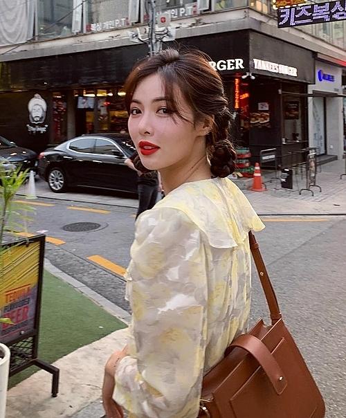 Gần đây, HyunA có thay đổi trong phong cách của mình. Cô nàng ngây thơ, đầy dịu dàng với tóc tết hai bên khi diện váy hoa điệu đà.