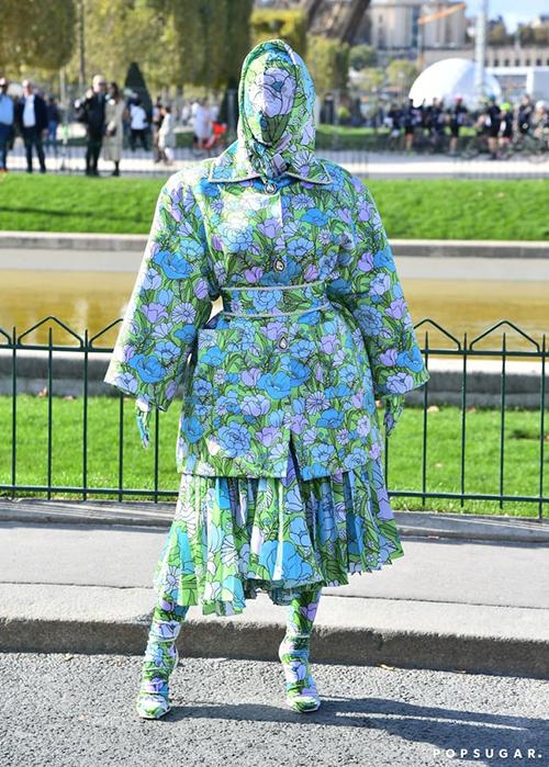 Tại Paris Fashion Week năm nay, Cardi B thành tâm điểm khi diện bộ váy sặc sỡ trùm kín từ đầu đến chân. Sự xuất hiện của người đẹp ninja gây chú ý với truyền thông, tuy nhiên không ai biết đó là nữ rapper danh tiếng cho đến khi Cardi B đăng những bức hình này lên trang cá nhân. Bên cạnh nhiều ý kiến cho rằng cô diện đồ quá kỳ quặc, không ít người thấy thú vị với cách mặc đồ sáng tạo này.