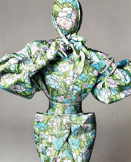 Thiết kế hoa che kín mặt này còn được cả siêu mẫu Karlie Kloss diện lên tạp chí thời trang.