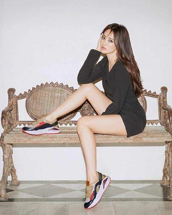 Nữ diễn viên khoe đôi chân thon gọn trong loạt ảnh quảng cáo.