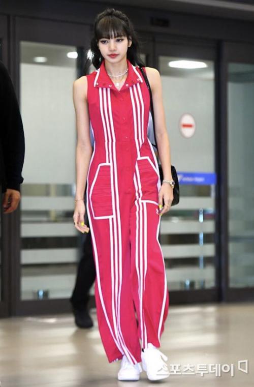 Bộ jumpsuit màu hồng nổi bật của Adidas x Ji Won Choi cùng sneaker trắng đầy năng động, thoải mái là lựa chọn của Lisa.