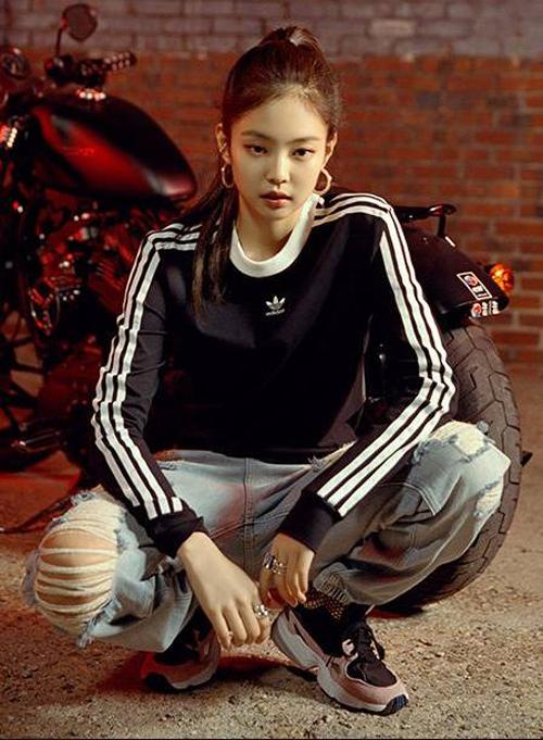 Là tín đồ của sporty chic, Jennie kết hợp áo nỉ thể thao cùng quần jeans rách và sneaker, với tóc buộc cao, khiến cô nàng rất  thể thao nhưng cũng