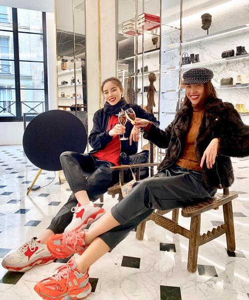 Kỳ Duyên và Minh Triệu được mời rượu khi đến cửa hàng Saint Laurent mua hàng.