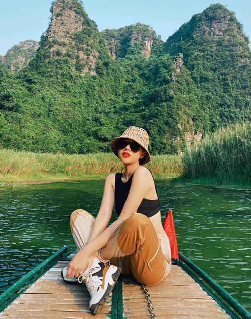 Băng Di diện đồ chất lừ khi đi thuyền ngắm cảnhNinh Bình.