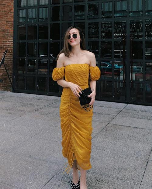 Váy cúp ngực vàng mù tạt giúp Yến Nhi nổi bật trên phố.