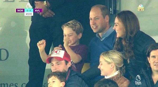 Hoàng tử George phấn khích cổ vũ.
