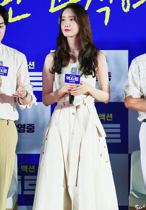 Set váy áo với tổng giá trị 1.547 USD (hơn 35.9 triệu đồng) từ Nina Ricci làm nổi bật vẻ đẹp thuần khiết, trong trẻo của Yoona.