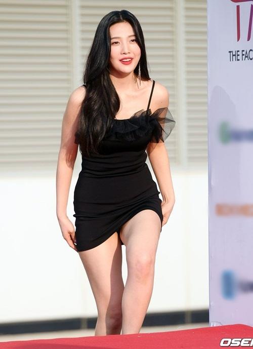 Tại The Fact Music Awards 2019 hồi tháng 4, Joy (Red Velvet) mặc chiếc váy khá ngắn. Cô phải lấy tay kéo váykhi bước trên bậc cầu thang vì sợ hớ hênh phản cảm.