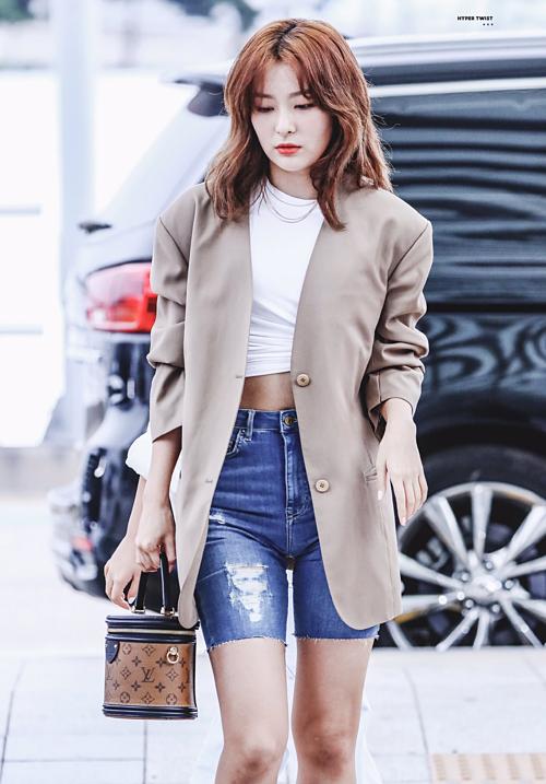 Seul Gi có cách diện blazer rất sang chảnh, ứng dụng những xu hướng mới nhất. Chiếc áo khoác oversized được cô diện với croptop, quần jeans lửng để khoe vóc dáng.