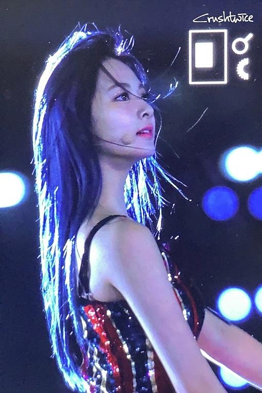 Khoảnh khắc gió thổi tung mái tóc cực thần thái của mỹ nhân Twice.