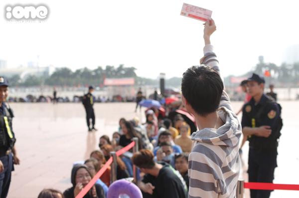 Người hâm mộ hào hứng khi sở hữu những tấm vé đầu tiên.