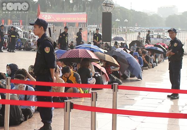 Dưới trời nắng, gần 2.000khán giả hâm mộ Kpop, Kdrama không ngại chờ nhiều tiếng đồng hồ để đến lượt mua vé. Hầu hết đều rất háo hức khi sắp có cơ hội gặp gỡ thần tượng.
