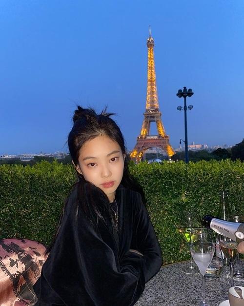 Jennie khoe ảnh đi ăn tối, uống rượu vang bên tháp Eiffel cùng mẹ.