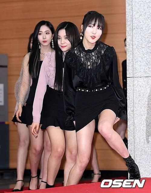 Yuju (GFriend) bước đi trẹo cả chân vì không muốn bị chụp lại khoảnh khắc hớ hênh.