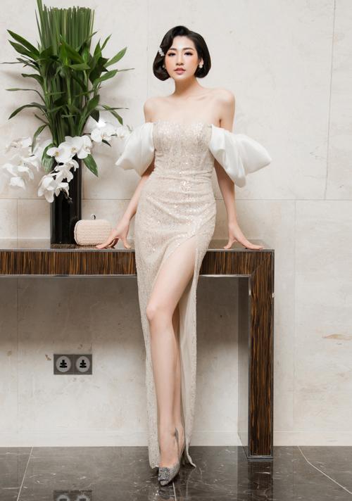 Tham dự một sự kiện ở Hà Nội dịp cuối tuần, Tú Anh chọn phong cách cổ điển và gợi cảm.