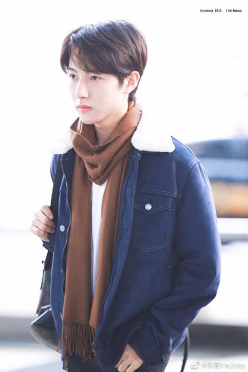 Ji Sung ngày càng điển trai, khí chất lạnh lùng dù mới 17 tuổi.