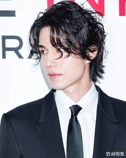 Thần chết Lee Dong Wook đẹp như một tác phẩm nghệ thuật mỗi khi tham gia sự kiện. Mái tóc dài của nam diễn viên trở thành