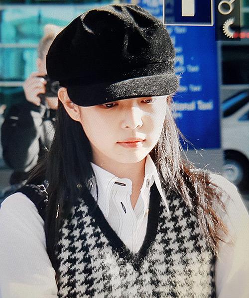 Ngày 8/10, Jennie trở về Hàn Quốc sau khi hoàn thành lịch trình ở Tuần lễ thời trang Paris. Thành viên Black Pink lộ vẻ mệt mỏi sau chuyến bay dài.