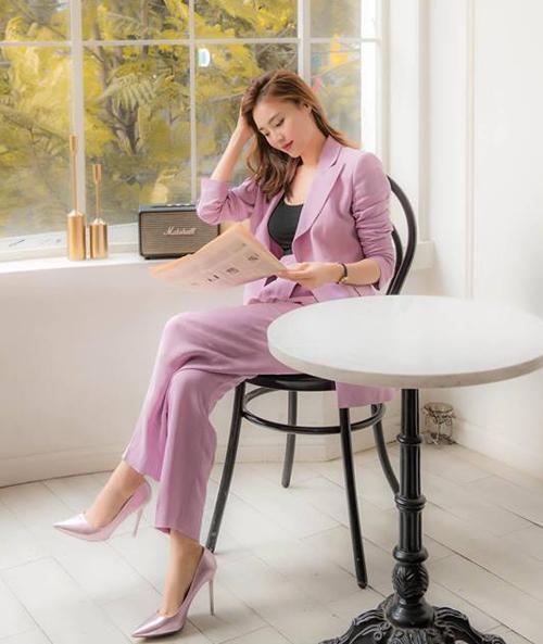 Lan Ngọc diện đồ tím từ đầu đến chân, tuy nhiên khéo chọn tông ngả hồng để tăng thêm độ ngọt ngào, duyên dáng.