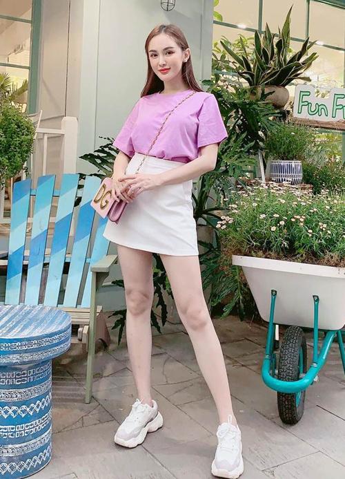 Kelly Nguyễn xinh yêu với áo tím pastel.