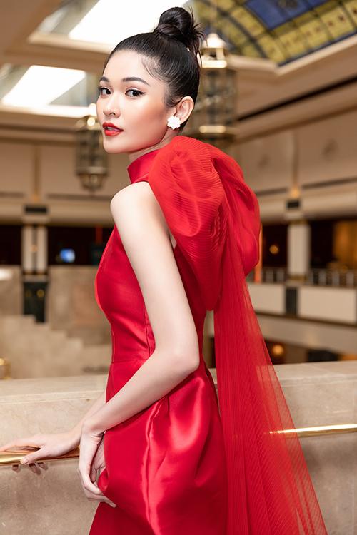Ngay sau đó, Thùy Dung nhanh chóng thay trang phục khác và di chuyển đến buổi họp báo công bố cuộc thi Hoa hậu Sắc đẹp Quốc tế 2020.