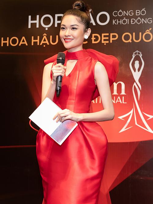 Cô đảm nhận vai trò MC họp báo và nhận được nhiều lời khen ngợi về khả năng dẫn dắt tự tin, trôi chảy.