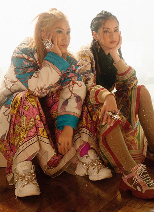 Nguồn cảm hứng phong cách của hai chị em đến từ những cô gái Âu Mỹ, trong đó có những cái tên dẫn đầu giới IT Girls như Bella Hadid, Kendall Jenner... Phong cách này trông ngổ ngáo, phá cách nhưng vẫn sang chảnh, mang dấu ấn của thập niên 90.