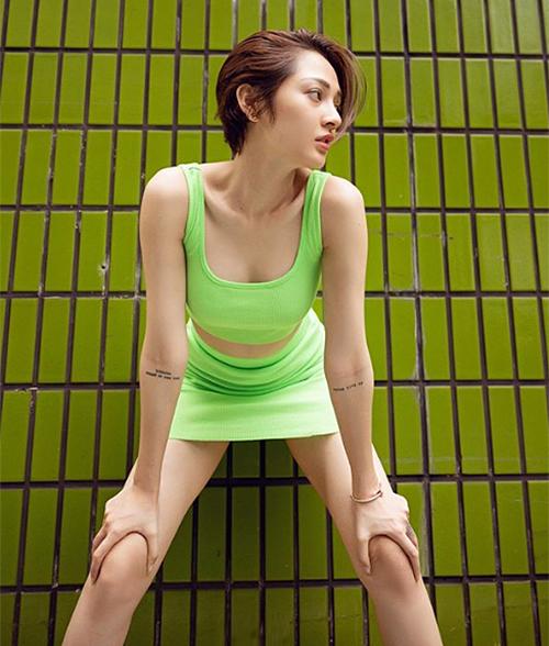 Mặc váy thun bó sát ngắn cũn nhưng Bảo Anh lại có lối tạo dáng dạng chân chưa phù hợp.