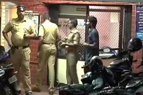 Cảnh sát tập trung tại khu vực nhà của nữ sinh xấu số.