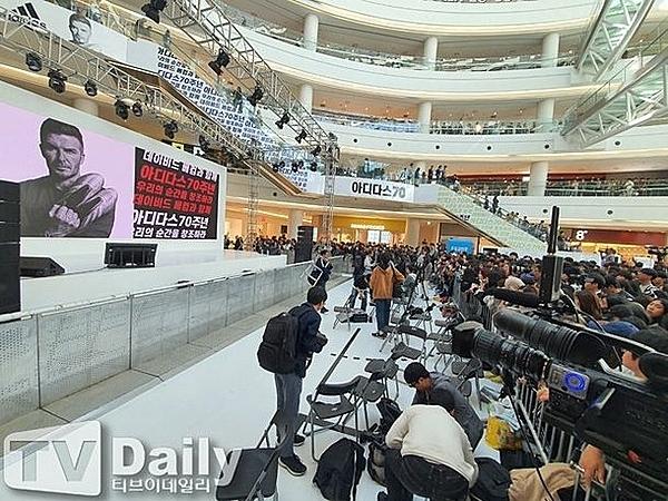 Nhiều phóng viên ở hàng ghế đầu đã bỏ về vì chương trình bị hoãn.