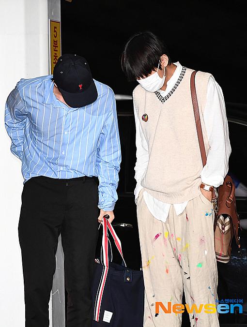 Anh cả BTS tỏ ra bất ngờ trước chiếc quần tô sơn màu tự chế của V.