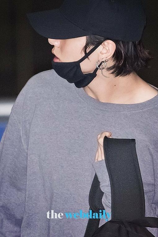 Em út BTS dấu mái tóc trong chiếc mũ.