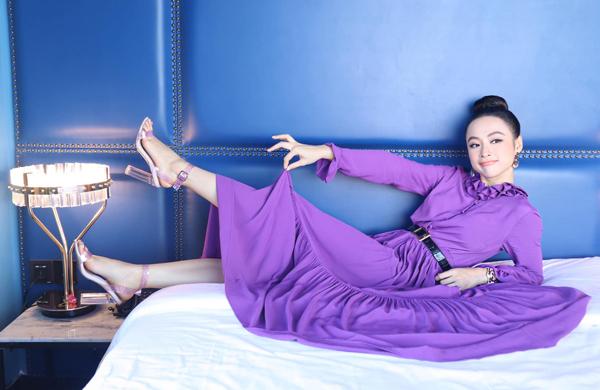 Angela Phương Trinh nhí nhảnh với chiếc váy tím mộng mơ.