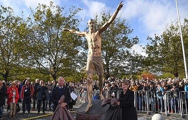 Bức tượng bán khỏa thân hình Ibrahimovic được khen ngợi.