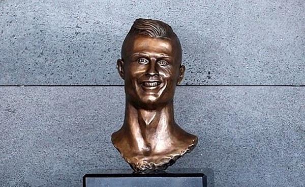Tượng Ronaldo bị chê xấu.