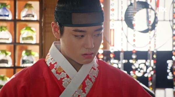 Young Soo dỗi vì đàn anh không để ý đến mình.