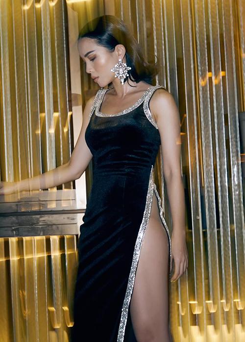 Bộ trang phục khiến nữ ca sĩ phải diện nội y đặc biệt để hỗ trợ, đồng thời chú ý trong quá trình di chuyển tránh hớ hênh.