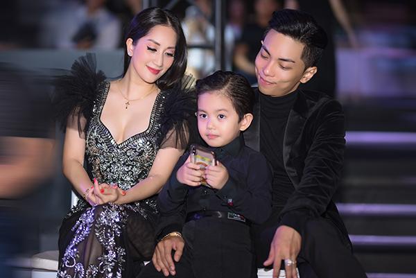 Gia đình Khánh Thi - Phan Hiển mặc đồng điệu, đưa cả bé Kubi cùng đi xem thời trang.