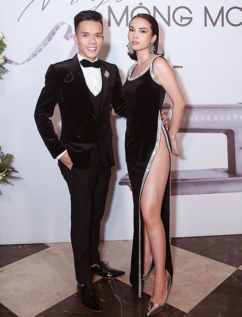 Yến Trang nổi bật trên thảm đỏ nhờ bộ váy xẻ tà cao quá hông, khoe đôi chân săn chắc.