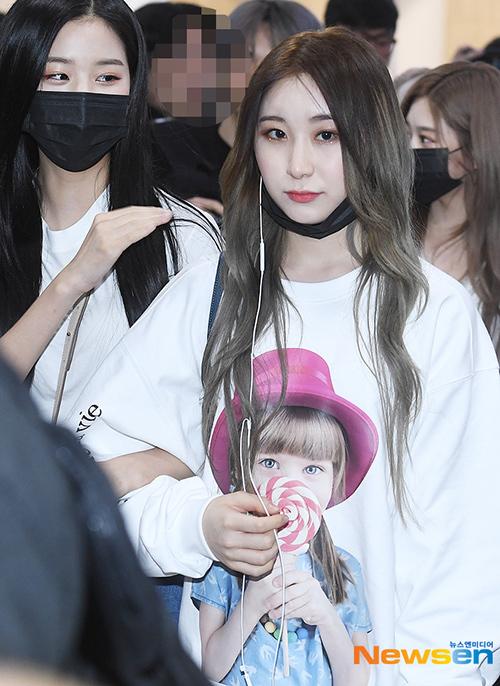 Mới đây, Chae Yeon (IZ*ONE) khoe vẻ đẹp tươi sáng với mẫu áo ADLV Baby Face Sweater của acmé de la vie (ADLV). Mẫu áo thiết kế đơn giản nhưng đặc biệt khi in hình khuôn mặt các em bé với biểu cảm thú vị. Item được nhiều ngôi sao yêu thích