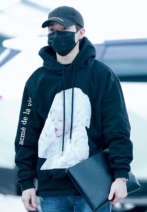 Mẫu áo cũng được lòng nhiều sao nam, Aron (NU'EST) diện hoodie đen in hình em bé đang ngái ngủ cực đáng yêu.