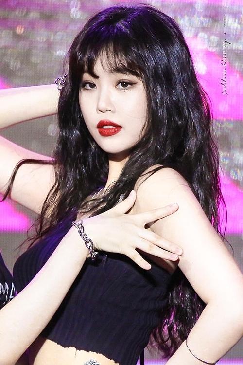 Đây không phải là lần đầu tiên Soo Jin gây náo loạn trên các diễn đàn Kpop. Tại sân khấu Uh Oh hồi tháng 8, cô nàng trở thành tâm điểm trong đội hình (G)I-DLE nhờthần thái gợi cảm và kỹ năng vũ đạo xuất sắc.